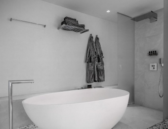 Novacolor Wall2Floor - mikrosementti hotellin kylpyhuoneen seinässä, valkea