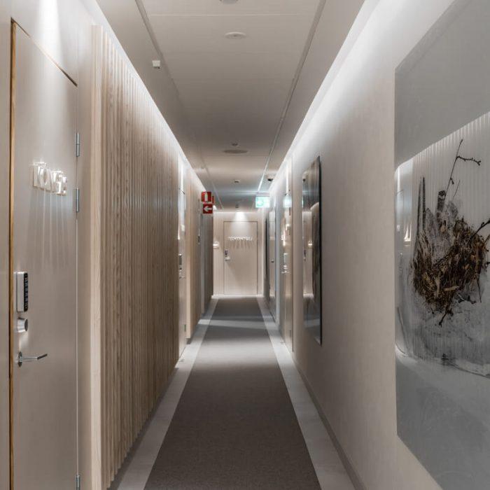 marmorino-ks-sisustuslaasti-kalkkilaasti-hotelli-kaytava-julkitila