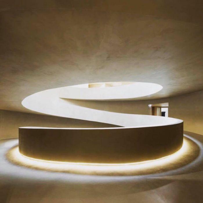 marmorino-ks-sisustuslaasti-kalkkilaasti-julkitila-portaikko-pyorea-valoaukko
