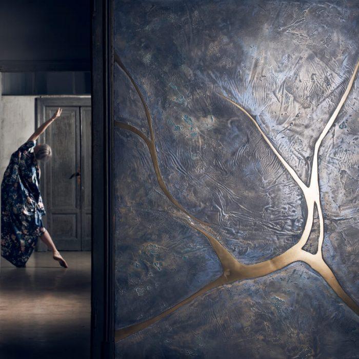 novacolor-calcecruda-sisustuslaasti-savilaasti-kalkkilaasti-metallo-fuso-kulta-metallilaasti-tanssija