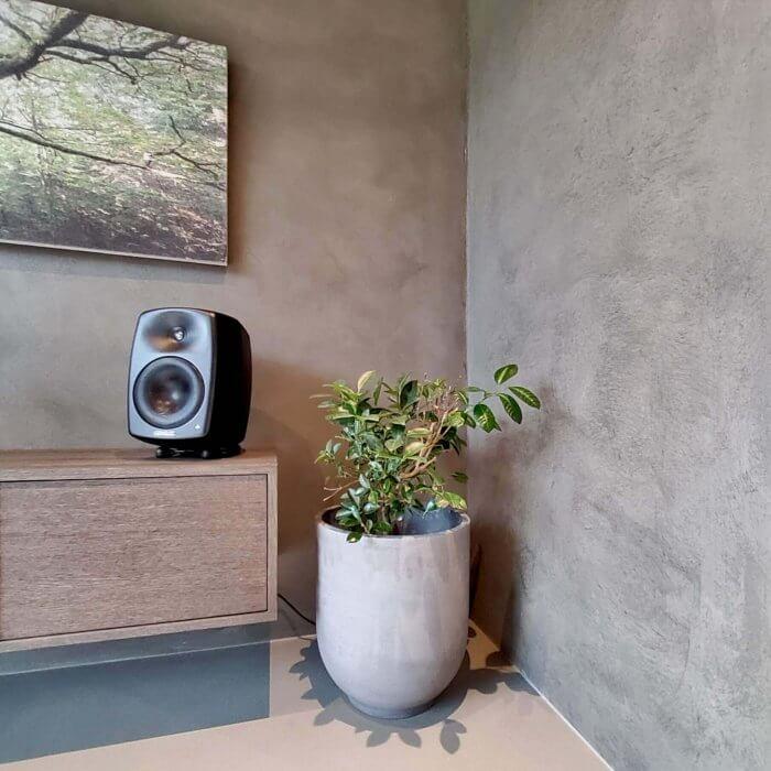 novacolor-archi-concrete-sisustuslaasti-talo-sensu-lohja-asuntomessut-2021-tv-huone-huonekasvi-dekotuote