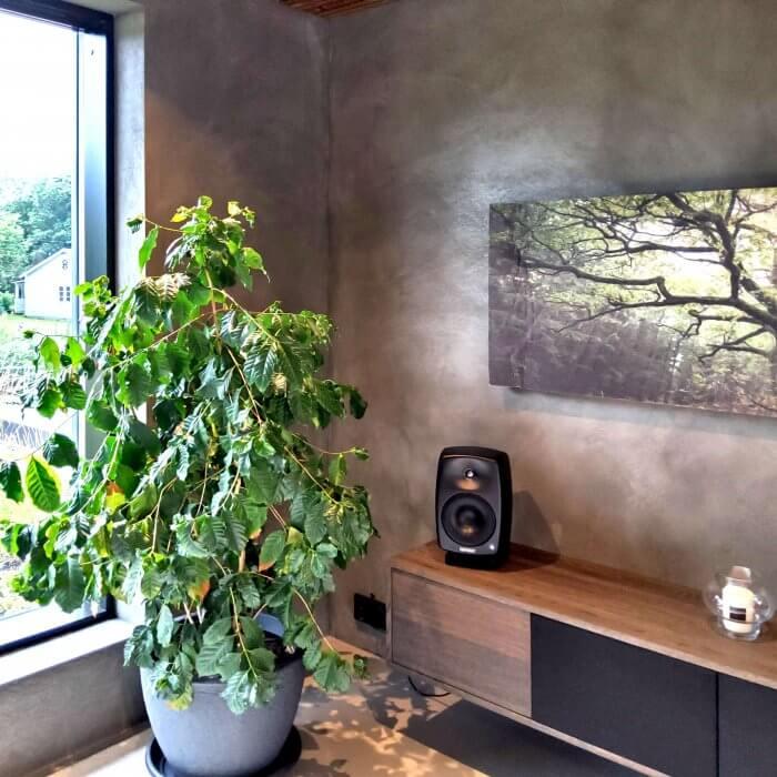 novacolor-archi-concrete-sisustuslaasti-talo-sensu-lohja-asuntomessut-2021-tv-huone-huonekasvi-ikkuna-dekotuote