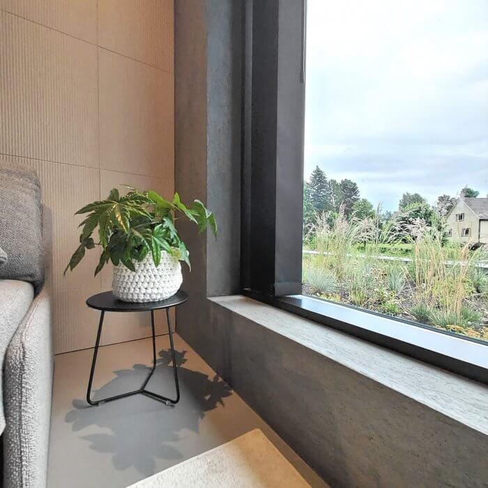 novacolor-archi-concrete-sisustuslaasti-talo-sensu-lohja-asuntomessut-2021-tv-huone-ikkunasmyygi-dekotuote