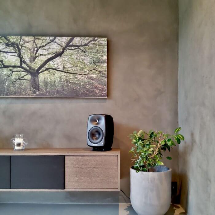 novacolor-archi-concrete-sisustuslaasti-talo-sensu-lohja-asuntomessut-2021-tv-huone-lahikuva-dekotuote